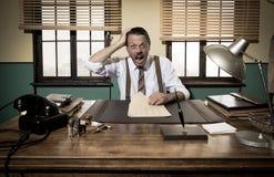 Συγκλονισμένος επιχειρηματίας που ελέγχει τη γραφική εργασία Στοκ φωτογραφία με δικαίωμα ελεύθερης χρήσης