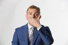 Συγκλονισμένος επιχειρηματίας που καλύπτει το στόμα του στοκ φωτογραφία