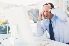 Συγκλονισμένος επιχειρηματίας στο τηλέφωνο στο γραφείο του Στοκ φωτογραφία με δικαίωμα ελεύθερης χρήσης