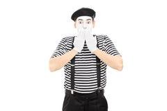 Συγκλονισμένος mime καλλιτέχνης που στέκεται στη δυσπιστία στοκ εικόνες με δικαίωμα ελεύθερης χρήσης