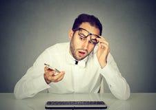 Συγκλονισμένο άτομο που μιλά στην τηλεφωνική συνεδρίαση στον πίνακα με το πληκτρολόγιο Στοκ Εικόνα