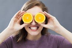 Συγκλονισμένο όμορφο κορίτσι με τις zesty πορτοκαλιές φέτες για το αισιόδοξο όραμα στοκ φωτογραφία με δικαίωμα ελεύθερης χρήσης