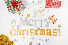Συγχαρητήρια επιγραφής στη Χαρούμενα Χριστούγεννα και ευτυχές νέο Yea στοκ φωτογραφία με δικαίωμα ελεύθερης χρήσης