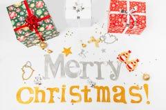 Συγχαρητήρια επιγραφής στη Χαρούμενα Χριστούγεννα και ευτυχές νέο Yea στοκ εικόνες