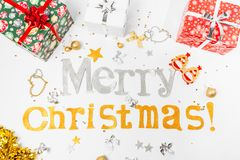 Συγχαρητήρια επιγραφής στη Χαρούμενα Χριστούγεννα και ευτυχές νέο Yea στοκ εικόνες με δικαίωμα ελεύθερης χρήσης