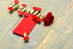 Συγχαρητήρια και έννοια επιθυμιών Ετικέττα για τα συγχαρητήρια που καρφώνονται στο λουλούδι, διάστημα αντιγράφων Λουλούδι με την  στοκ εικόνες με δικαίωμα ελεύθερης χρήσης