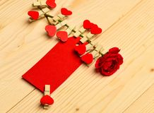 Συγχαρητήρια και έννοια επιθυμιών Λουλούδι με την κενή ετικέττα ή κάρτα στο ελαφρύ ξύλινο υπόβαθρο Αυξήθηκε λουλούδι με μικροσκοπ στοκ φωτογραφία