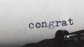 Συγχαρητήρια - που δακτυλογραφούνται σε μια παλαιά εκλεκτής ποιότητας γραφομηχανή απόθεμα βίντεο