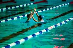 Συγχρονισμένη θηλυκό κολύμβηση Στοκ φωτογραφίες με δικαίωμα ελεύθερης χρήσης