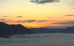 Συγχρονισμός ανατολής στο βουνό στοκ εικόνα με δικαίωμα ελεύθερης χρήσης