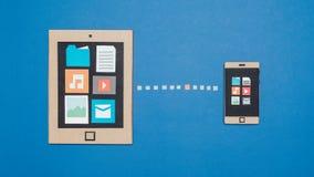 Συγχρονισμός στοιχείων στις συσκευές χαρτονιού στοκ εικόνα
