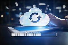 Συγχρονισμός σύννεφων, αποθήκευση στοιχείων, Διαδίκτυο και έννοια υπολογισμού στην εικονική οθόνη στοκ εικόνα με δικαίωμα ελεύθερης χρήσης