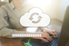 Συγχρονισμός σύννεφων, αποθήκευση στοιχείων, Διαδίκτυο και έννοια υπολογισμού στην εικονική οθόνη στοκ εικόνες