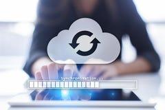 Συγχρονισμός σύννεφων, αποθήκευση στοιχείων, Διαδίκτυο και έννοια υπολογισμού στην εικονική οθόνη στοκ εικόνες με δικαίωμα ελεύθερης χρήσης