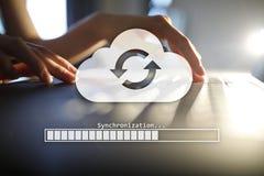 Συγχρονισμός σύννεφων, αποθήκευση στοιχείων, Διαδίκτυο και έννοια υπολογισμού στην εικονική οθόνη στοκ εικόνα