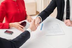 συγχώνευση Επιτυχές και βέβαιο χέρι κουνημάτων businesspeople τρία Στοκ Εικόνα