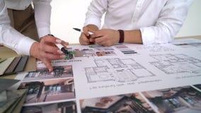 Συζήτηση από τους σχεδιαστές από τη γυναίκα και τον άνδρα του αρχιτεκτονικών προγράμματος και του εσωτερικού φιλμ μικρού μήκους