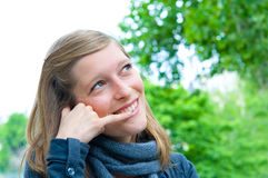 Συζήτηση γυναικών σε ένα κυψελοειδές τηλέφωνο Στοκ φωτογραφία με δικαίωμα ελεύθερης χρήσης