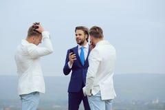 Συζήτηση επιχειρηματιών, επικοινωνία και συνεδρίαση, άτομα με το τηλέφωνο στοκ φωτογραφίες