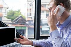 Συζήτηση επιχειρηματιών στο κινητό τηλέφωνο στο γραφείο κλήση νεαρών άνδρων στο sm Στοκ φωτογραφίες με δικαίωμα ελεύθερης χρήσης