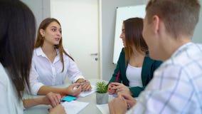 Συζήτηση ομάδας σπουδαστών γυμνασίου φιλική και επίλυση της ανάθεσης προγράμματος στον πίνακα από κοινού απόθεμα βίντεο