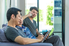 Συζήτηση ομάδας ανθρώπων με τη χρησιμοποίηση του κινητού τηλεφώνου, ταμπλέτα, lap-top Στοκ Εικόνες