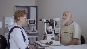 Συζήτηση οφθαλμολόγων με τον παλαιό ασθενή μετά από να ελέγξει το όραμά του απόθεμα βίντεο