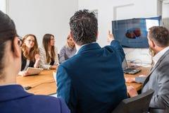 Συζήτηση στην επιχειρησιακή συνεδρίαση Στοκ εικόνες με δικαίωμα ελεύθερης χρήσης