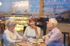 Συζήτηση στην καφετέρια στοκ φωτογραφία με δικαίωμα ελεύθερης χρήσης