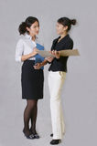 Συζήτηση στο γυναικείο προσωπικό στοκ φωτογραφίες