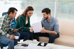 Συζήτηση των οικονομικών εγγράφων στοκ εικόνες