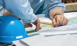 Συζήτηση των σχεδίων κατασκευής Στοκ εικόνα με δικαίωμα ελεύθερης χρήσης