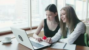 Συζήτηση δύο επιχειρησιακών γυναικών για την εργασία στον καφέ απόθεμα βίντεο