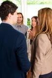 Συζήτηση Businesspeople στην αρχή στοκ φωτογραφία