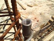 Συζευκτήρας που χρησιμοποιείται στην ενίσχυση της στήλης στο εργοτάξιο οικοδομής στοκ εικόνα