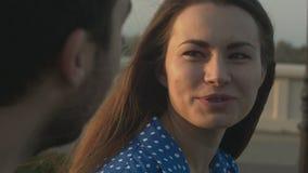 Συζητήσεις γυναικών με τον άνδρα απόθεμα βίντεο