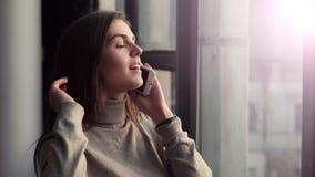 Συζητήσεις γυναικών στο τηλέφωνο κοντά στο παράθυρο φιλμ μικρού μήκους