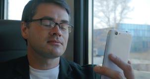 Συζητήσεις επιχειρηματιών στο skype που χρησιμοποιεί το smartphone απόθεμα βίντεο