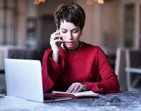 Συζητήσεις επιχειρησιακών γυναικών με τηλέφωνο και ελέγχους κυττάρων το γαλακτοκομείο της στοκ εικόνα