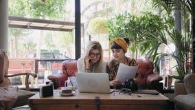 Συζητήσεις επιχειρησιακών παρουσίασης και φίλων στο κατάστημα καφέδων απόθεμα βίντεο