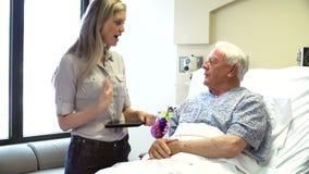 Συζητήσεις συμβούλων στον ανώτερο αρσενικό ασθενή στο δωμάτιο νοσοκομείων φιλμ μικρού μήκους