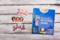 Συλλέξιμα αυτοκόλλητες ετικέττες και λεύκωμα Panini για το ποδόσφαιρο W της Ρωσίας 2018 Στοκ Φωτογραφία