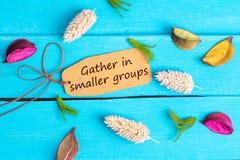 Συλλέξτε στο μικρότερο κείμενο ομάδων στην ετικέττα εγγράφου στοκ φωτογραφία