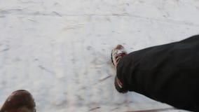Συλλαμβάνοντας την κινηματογράφηση σε πρώτο πλάνο μαγνητοσκόπησης τουριστών τα πόδια μέσω του χιονιού, έχει το γύρο με τη μηχανή  απόθεμα βίντεο