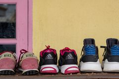 Συλλογές των πάνινων παπουτσιών ή των αθλητικών παπουτσιών στο ξύλινο ράφι παπουτσιών στοκ εικόνες με δικαίωμα ελεύθερης χρήσης