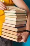 Συλλογή βιβλιοπωλείων στο σωρό, σωρός των πληροφοριών εγχειριδίων στοκ φωτογραφία