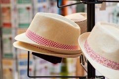 συλλογή θερινών καπέλων στην αγορά Στοκ Εικόνες