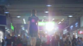Συλλογή ιματισμού, επαγγελματικά πρότυπα defiles η εξέδρα στο φόρεμα και υψηλά τακούνια στο backlight φιλμ μικρού μήκους