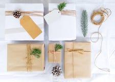 Συλλογή κιβωτίων δώρων χριστουγεννιάτικου δώρου με την ετικέττα για τη χλεύη επάνω στο σχέδιο προτύπων στοκ εικόνα με δικαίωμα ελεύθερης χρήσης