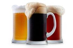 Συλλογή κουπών της παγωμένης μπύρας με τον αφρό Στοκ φωτογραφία με δικαίωμα ελεύθερης χρήσης